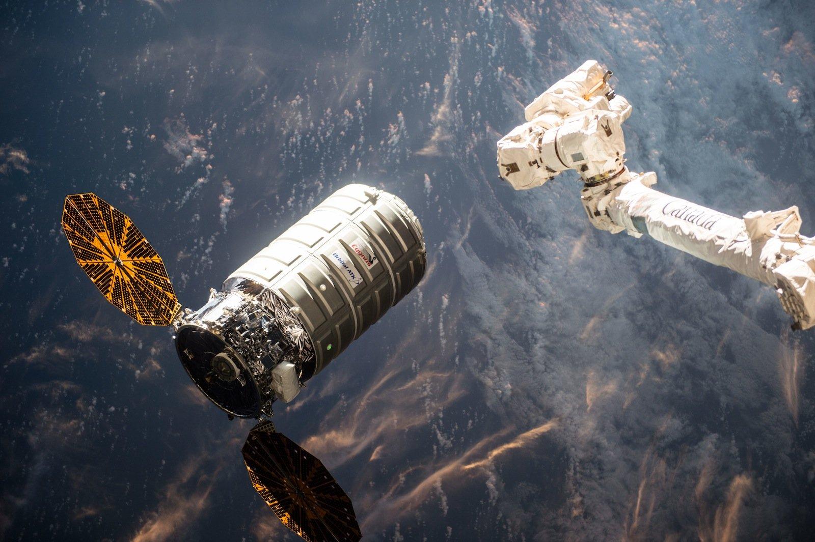 Der Cygnus-Raumtransporter Orb 6 mit dem Vorgänger-Experiment Saffire I kurz vor dem Ankoppeln an die ISS im März 2016.