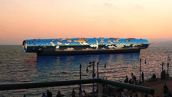Simulation der Meerwasserentsalzungsanlage The Pipe: Die Röhre ist mit Solarzellen bedeckt und nutzt die Energie, um direkt das Wasser aus dem Meer zu Trinkwasser zu verarbeiten.