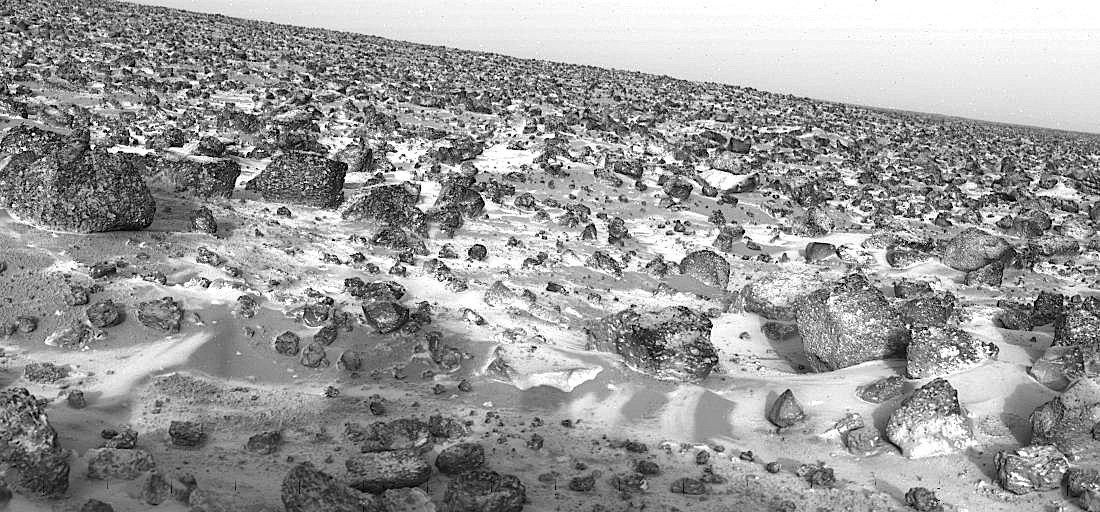 Dieses Bild wurde schon 1979 von der Marssonde Viking Lander 2 in der Tiefebene Utopia Planitia aufgenommen. Es zeigt von einer leichten Eisschicht überzogenen Felsen. Was man erst heute weiß: Unter der Oberfläche liegt ein riesiger Eis-See.