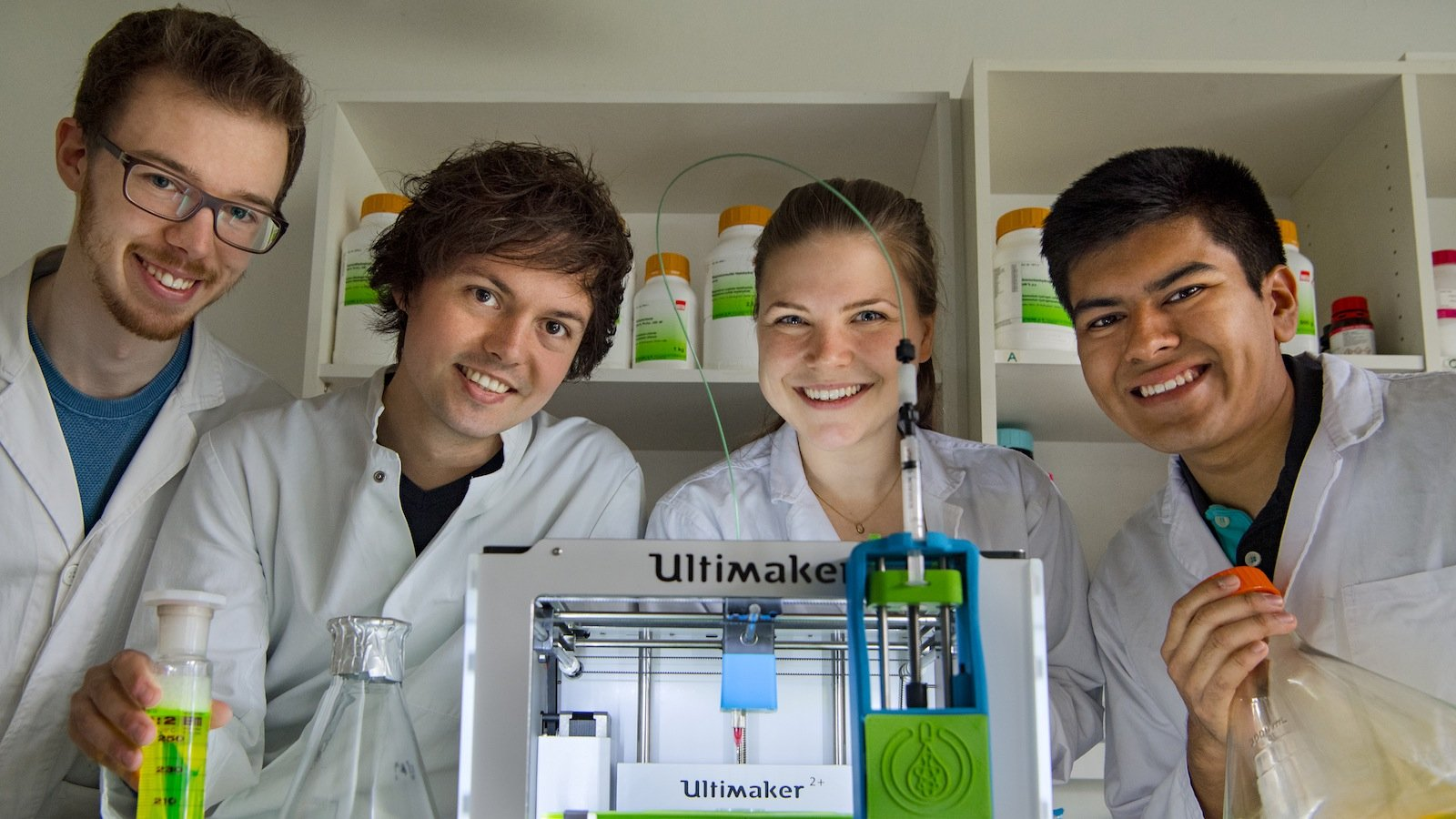 Julian Hofmann (v.l.n.r.), Christoph Gruber, Luisa Krumwiede und Javier Luna Mazari mit dem biotINK Gewebedrucker.