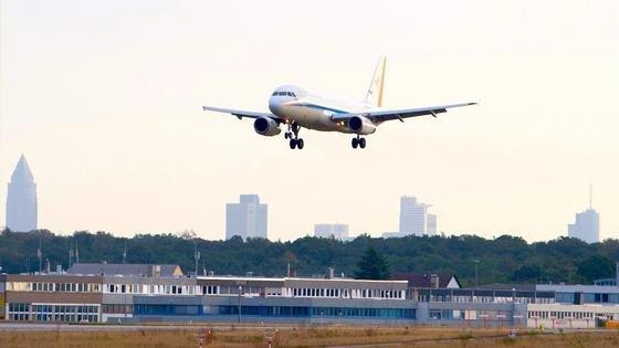 Am Frankfurter Flughafen haben Ingenieure des DLR das neu entwickelte Piloten-Assistenzsystem LNAS erprobt. Es unterstützt die Piloten beim lärmoptimierten Anfliegen der Landebahn.