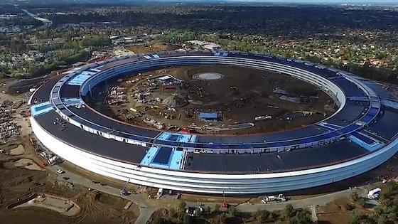 Apples Spaceshiphat einen Außenumfang von 1,6 km – und ist so gut wie fertig. Erste Mitarbeiter werden wohl im Januar dort einziehen können. Mit der offiziellen Einweihung der neuen Konzernzentrale Campus 2 wird im zweiten Quartal 2017 gerechnet.