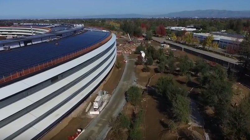 Die Apple-Mitarbeiter sollen von ihrem Arbeitsplatz ins Grüne blicken können. Der Landschaftsbau ist noch nicht abgeschlossen. Auch Radwege sind vorgesehen. Für die Fahrten auf dem Gelände will Apple Fahrräder bereitstellen.