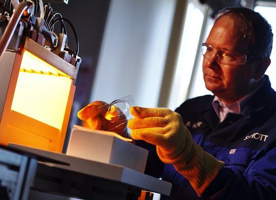 Forschungslabor bei Schott:In einem Netzwerk arbeiten Materialwissenschaftler derzeit an einem Glas, in dem Wasser in feinsten Röhrchen verläuft. Das Glas kann in Fenster und als Fassadendämmung eingesetzt werden. Es kann dämmen und kühlen zugleich.