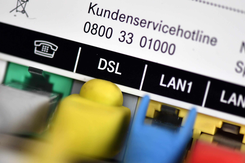 Telefon- und Netzwerkkabel in einem Telekom-Router: Der Konzern wurde Opfer eines Hackerangriffs, der 900.000 Router im gesamten Bundesgebiet betroffen hat. Wird die Stromversorgung für mindestens 30 Sekunden unterbrochen, laden die Router ein Update und sind in der Regel wieder funktionstüchtig.