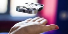 Eine Handvoll Kamera knipst Selfies aus der Luft