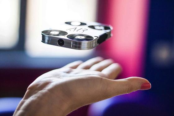 AirSelfie: Diese kleine Kamera kann fliegen und Selfies aus der Luft aufnehmen.