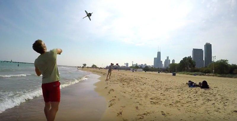 AER: Der Wurfpeil sieht aus wie ein Strandspielzeug, bringt aber eine GoPro-Actionkamera in die Luft und schützt diese beim Aufprall auf den Boden.