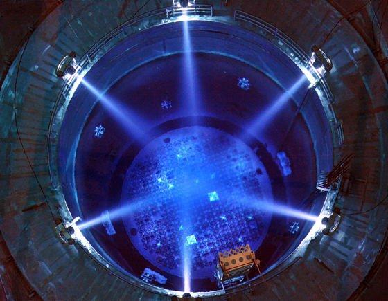 Offener Reaktor im Kernkraftwerk Grundremmingen: In Reaktoren, die Graphit als Moderationsmaterial für die Aufrechterhaltung der Kettenreaktion nutzen, entsteht das Isotop Kohlenstoff-14. Materialwissenschaftler in Bristol haben das Isotop genutzt, um es zu künstlichen Diamanten zu verpressen, die Tausende von Jahren Strom erzeugen.