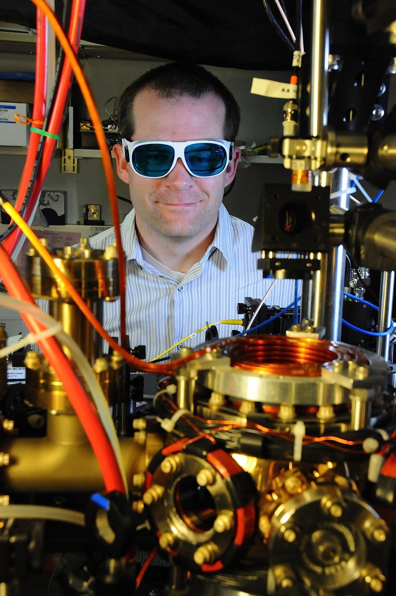 Atomuhr-Entwickler Andrew Ludlow: Der Forscher hält es für möglich, die Uhren so kompakt zu bauen, dass sie in Satelliten Platz finden.
