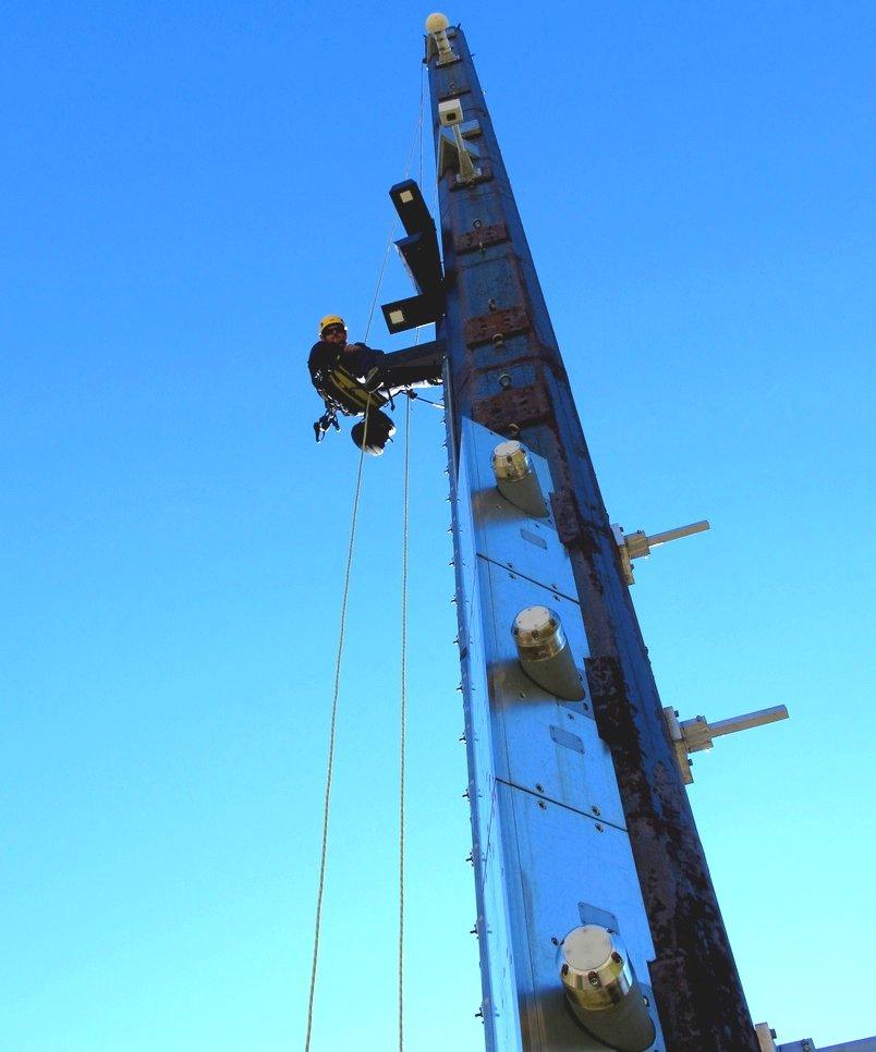 An 23 m hohen Masten werden die Sensoren installiert. Die Lawinen rasen über die Masten hinweg. Um der Belastung stand zu halten, sind die Sensoren durch Flugzeugaluminium geschützt.
