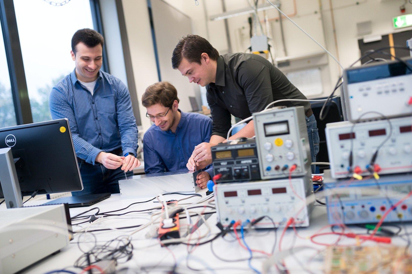 Haben gemeinsam den Sensor gebaut (v.l.): Patrick Kwiatkowski, Henrik Deis und Christoph Baer, angehende Ingenieure der Ruhr-Universität.