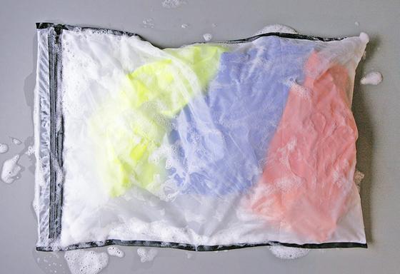 Guppy Friend verhindert, dass Mikroplastik ins Abwasser gelangt. Der umweltfreundliche Waschbeutel kostet 25 €.