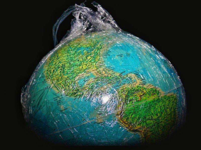 Die Erde gefangen in einer künstlichen Schicht: So versuchen Forscher der Uni Leicester die Technosphäre bildlich darzustellen.