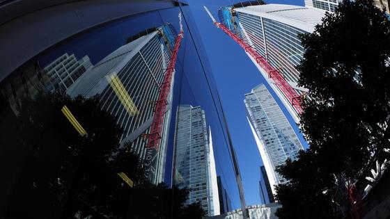 Der 200 m hohe Millennium Tower (2.v.r), der sich in den Fenstern der Gebäude spiegelt, hat 58 Etagen und mutiert zum schiefen Turm. Jedes Jahr sackt das Wohnhaus in San Francisco mehrere Zentimeter ab.