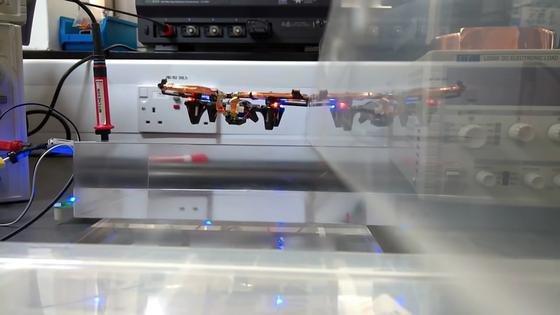 Diese Drohne im Imperial College in London schwebt über einer Stromquelle und wird durch die Luft induktiv geladen. Die Forscher meinen, dass es damit zum ersten Mal gelungen ist, ein fliegendes Objekt kabellos mit Energie zu versorgen.