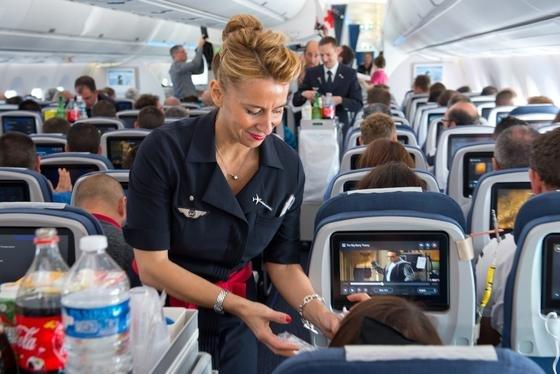 Ganz schön eng sind die Gänge in Flugzeugen. Schiebesitze sollen beim Ein- und Aussteigen für mehr Platz sorgen. Das spart Zeit und Geld.