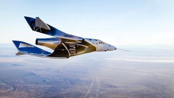 Das neue Raketenflugzeug VSS Unity von Virgin Galactic im Gleitflug auf dem Weg nach Hause.