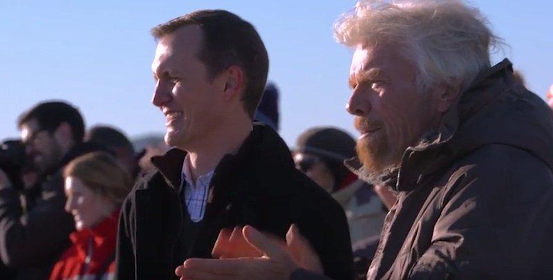 Applaus: Die VSS Unity ist wieder gelandet. Richard Branson steht die Anspannung noch im Gesicht geschrieben.