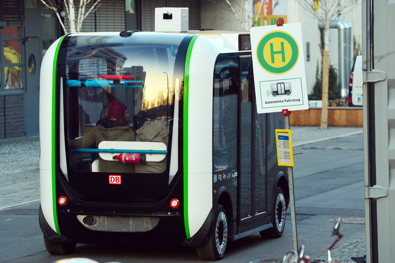 Der autonom fahrende Kleinbus Olli fährt bei einer Testfahrt Anfang Dezember über eine großes Bürogelände in Berlin. Dort soll der Bus 2017 Mitarbeiter ins Büro bringen. Auch VW will 2018 mit Kleinbussen Shuttledienste anbieten.