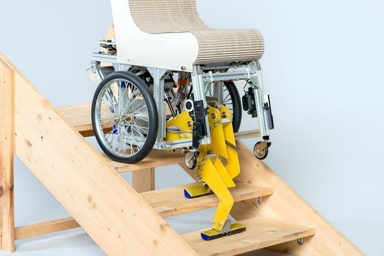 Die TU München hat einen Rollstuhl entwickelt, der ohne Hilfe einer zweiten Person Treppen steigen kann.