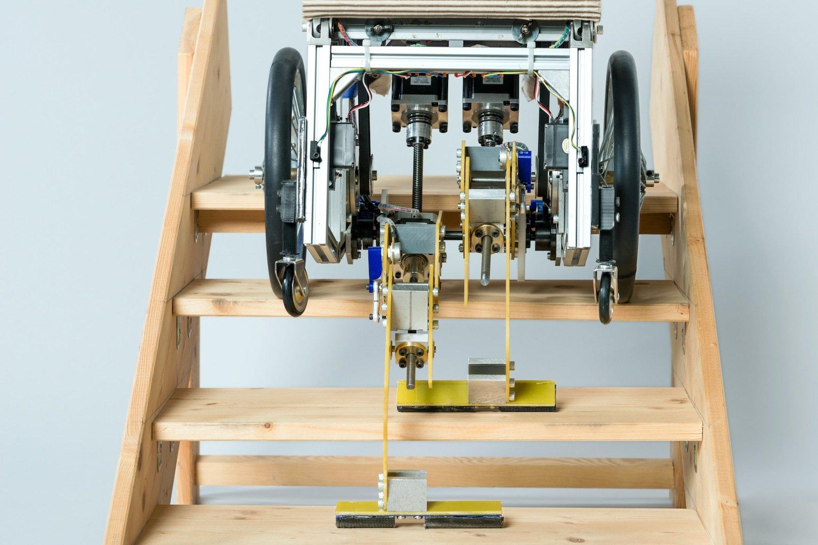 Auf einer Treppe kann der Rollstuhl der TU München Füße ausfahren, die den Rollstuhl stabil halten und langsam eine Treppe rauf- und runtergehen können.