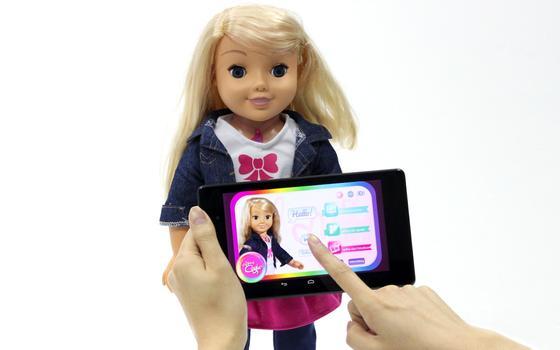 Die Puppe Cayla, verbunden mit dem Internet, ermöglicht unerwünschte Werbung und das Aushorchen der Kinder. Das kritisieren Verbraucherschützer. Sie fürchten, dass zum Beispiel unerwünschte Werbung demnächst direkt auf den Geräten der Kinder landet.