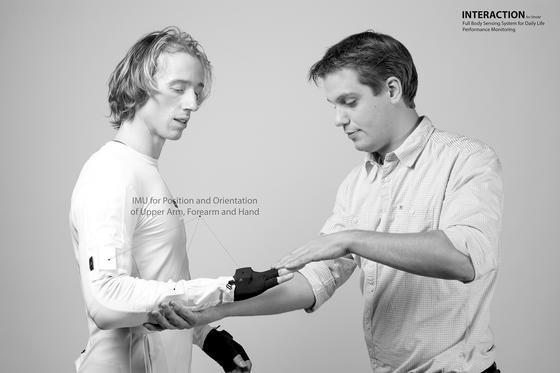 Sensoranzug der Universität Twente:41 Sensoren registrieren jede Bewegung von Schlaganfallpatienten. Dadurch können die Ärzte viel besser einschätzen, wie die Genesung des Patienten voran schreitet und wo noch Unterstützung notwendig ist.