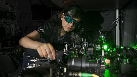 Studentin Maria del Rocio Camacho-Morales hat in Canberra die Nanokristalle mitentwickelt, die als Film aufgebracht aus einer normalen Brille ein Nachtsichtgerät machen.