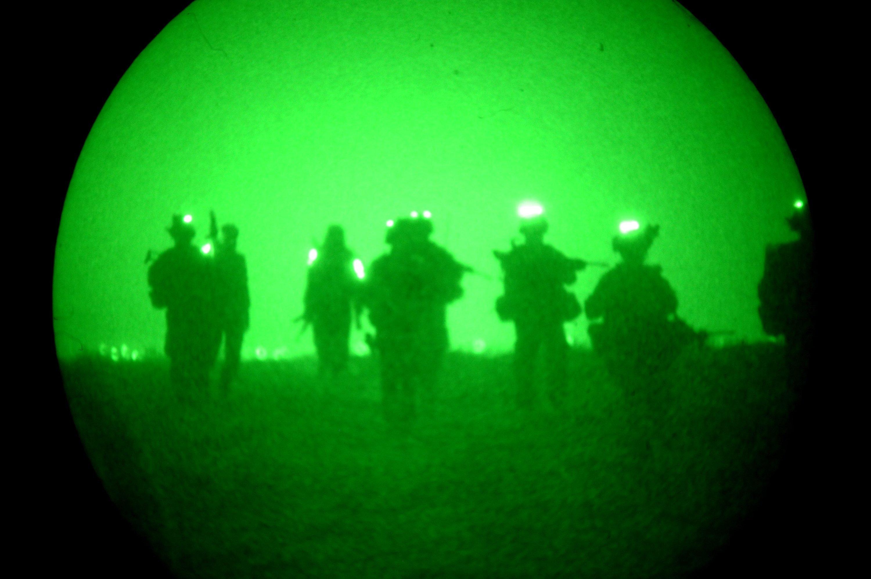 Aufnahme mit einem Nachtsichtgerät der Bundeswehr. Es zeigt Bundeswehrsoldaten nahe Kundus auf Patrouille.