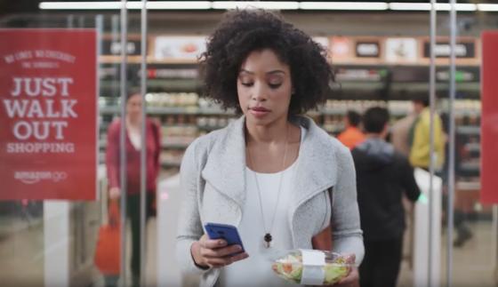Einen Salat nehmen und ohne an der Kasse anstehen zu müssen das Geschäft verlassen: Amazon Go macht´s möglich. Der Konzern plant, in den nächsten zehn Jahren 2.000 solcher Supermärkte in den USA zu eröffnen.