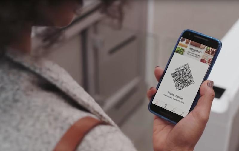 Der Kunde checkt über eine Smartphone-App in den Supermarkt ein. Die Rechnung erscheint nach dem Einkauf im Amazon-Konto.