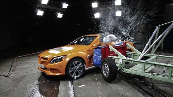 Seiten-Crashtest bei Daimler: Die Zahl von Verkehrstoten lässt sich nach Meinung von VDI-Ingenieuren nicht mehr wesentlich durch neue Sicherheitstechnik im Auto verbessern, sondern durch weniger Ablenkung des Fahrers. Außerdem wird der Fuhrpark in Deutschland immer älter – und damit steigen die Sicherheitsrisiken.