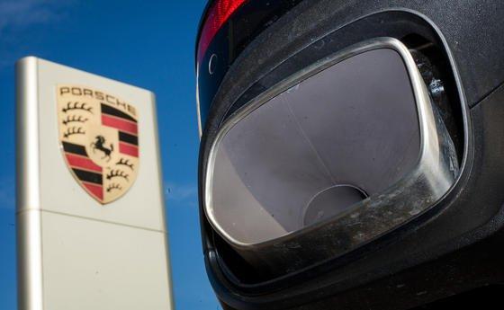 """Auspuff eines Porsche Cayenne: Den Vorwürfen zufolge erkennt eine Software über die Lenkradstellung einen Prüfstand und reduziert die CO<custom name=""""sub"""">2</custom>-Emission."""
