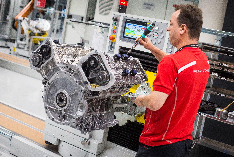 Motorenwerk von Porsche in Stuttgart: Der Sportwagenhersteller weist die Manipulationsvorwürfe zurück. Die Lenkradkennung sei lediglich für die Schaltstrategie der Fahrzeuge nötig.