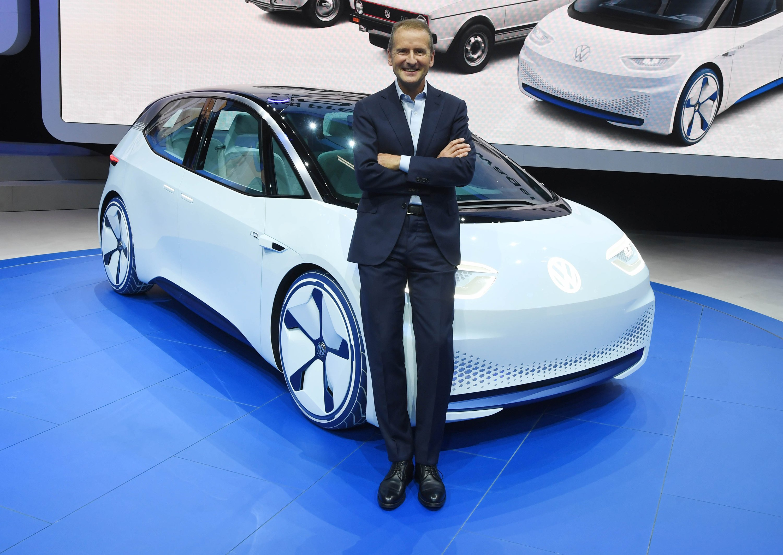Herbert Diess, Markenvorstand von Volkswagen (VW), und der I.D. – ein Konzeptauto mit rein elektrischem Antrieb, das 2020 für knapp 30.000 € auf den Markt kommt.