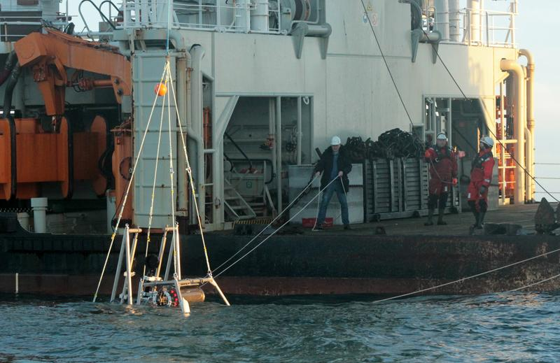 Ausbringen des Zooplankton-Observatoriums nahe Helgoland von Bord des Schiffes