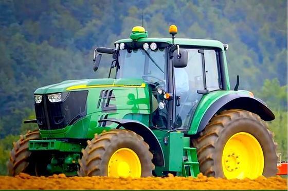 Mit E-Traktor elektrifiziert John Deere den Ackerbau