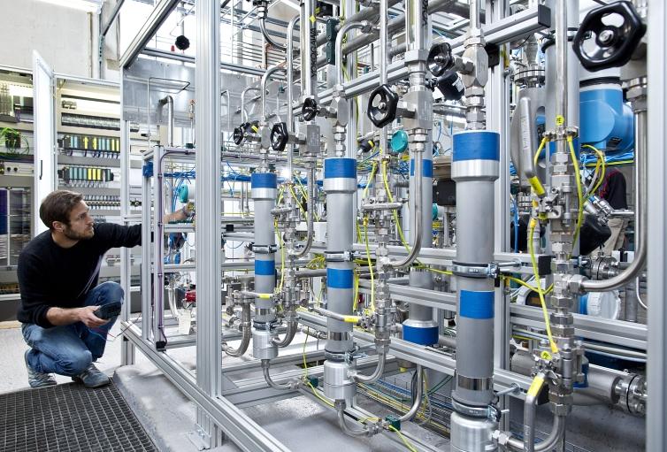 Pilotanlage zur Herstellung von Methan amZentrum für Sonnenenergie- und Wasserstoff-Forschung Baden-Württemberg:Per Elektrolyse lässt sich aus Kohlendioxid synthetisches Methan herstellen und als Energiespeicher nutzen.