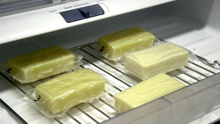 In Folie aus Milch eingeschweißter Käse: Die neuartige Folie aus Kasein ist um das 500-fache luftdichter als herkömmliche Folie.