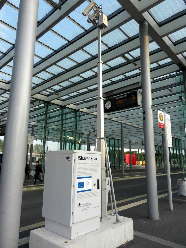 Die Stationäre Messanlage des DLR, wie sie 2014 am Braunschweiger Hauptbahnhof aufgebaut wurde. Diese Sensorinfrastruktur wird auch in der Ulmer Neuen Straße zum Einsatz kommen.