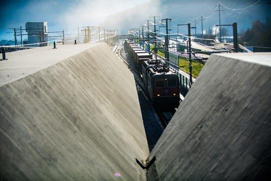 Fast ein wenig gespenstisch: In aller Herrgottsfrühe raste am Sonntagmorgen der erste Passagierzug durch den Gotthard-Tunnel: Die 57 km lange Strecke war in nur 17 Minuten geschafft.