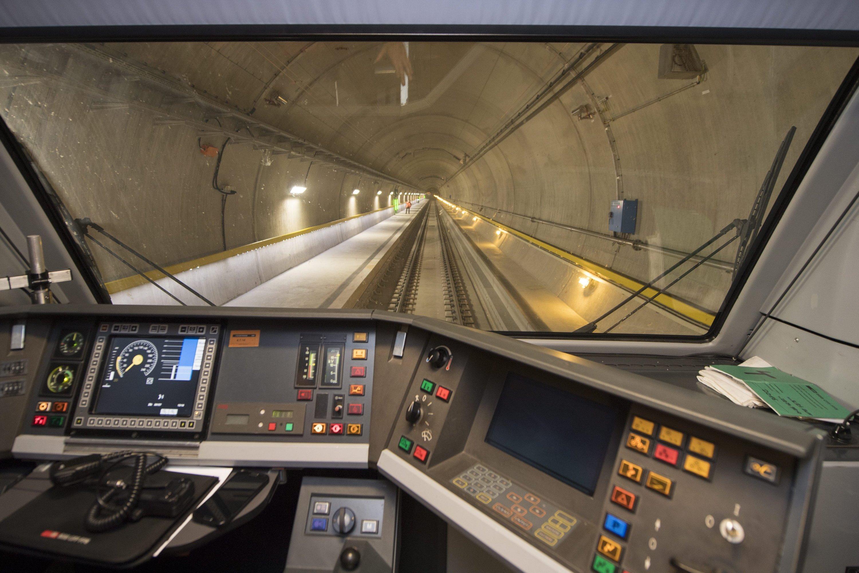 Der Gotthard-Tunnel durchquert die Schweizer Alpen fast ohne Steigung. Züge können daher 200 km/h schnell fahren und bis zu 4.000 t Gesamtgewicht haben.