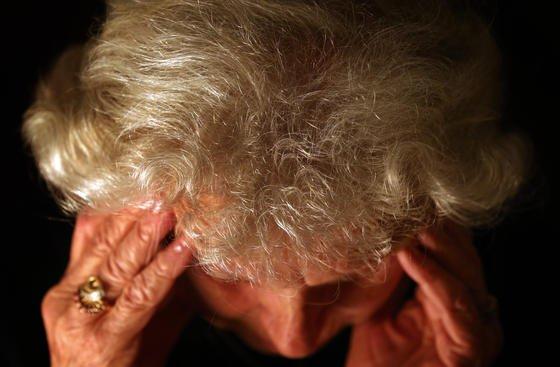 Demenzkranke Menschen verirren sich häufig. In Japan bekommen sie deshalb jetzt einen QR-Code auf einen Finger- oder Fußnagel geklebt. So lassen sich die Menschen schnell identifizieren.