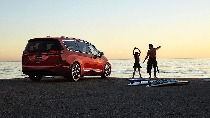 Fiat und Google wollen den Chrysler Pacifica in ein autonomes Auto verwandeln. Der Minivan ist ein Hybridfahrzeug, das im gemischten Betrieb eine Reichweite von 850 km hat.