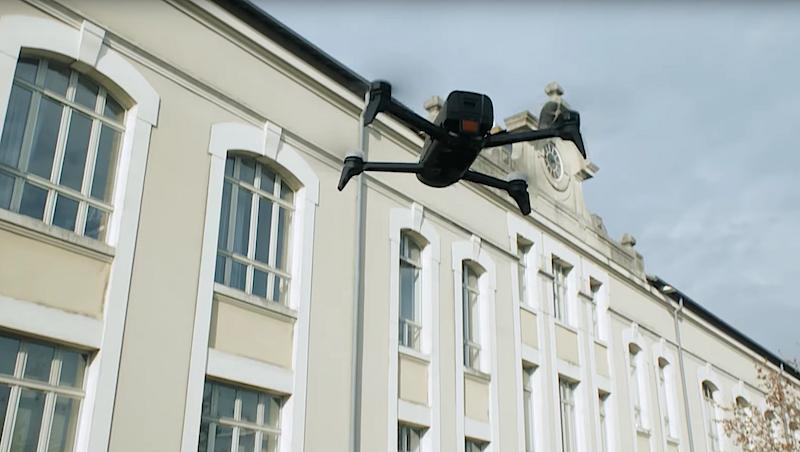 Der Quadrocopter fliegt automatisch die Route ab und schießt Fotos des Hauses.