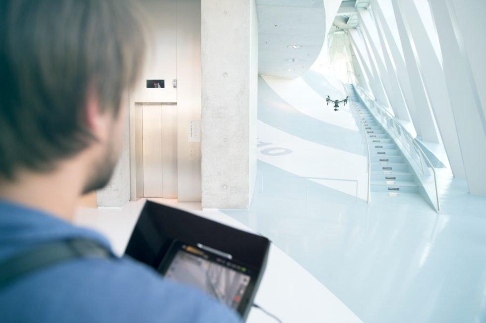Wie eine Drohne die teuerste Automobilausstellung der Welt filmte