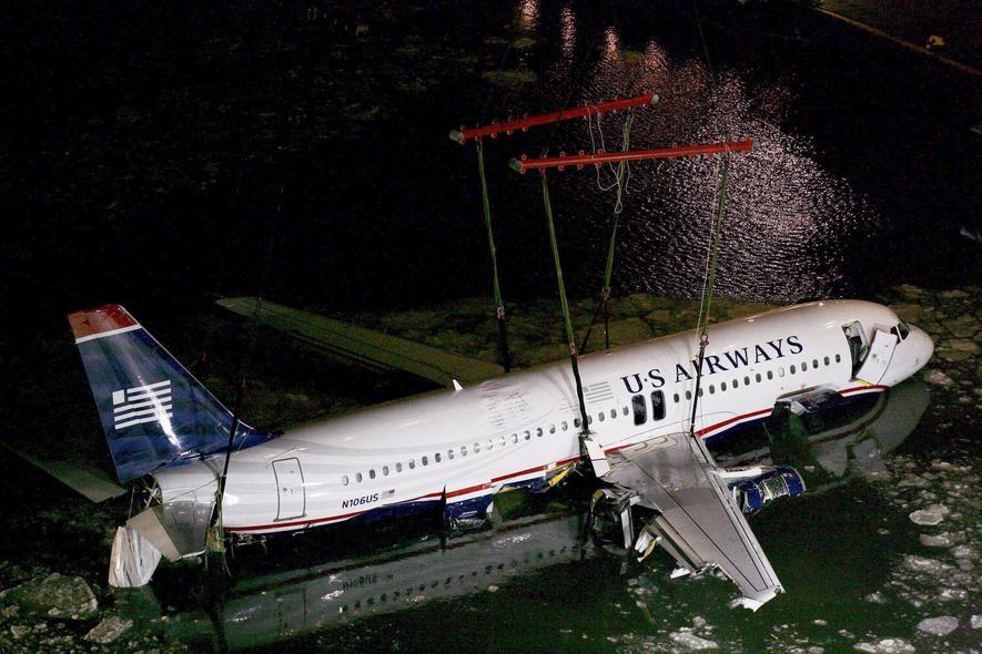 Bergung eines Airbus A320 aus dem Hudson River in New York: Der Pilot musste notlanden, nachdem Vogelschlag beide Triebwerke lahmlegte. Und wurde als Held gefeiert.