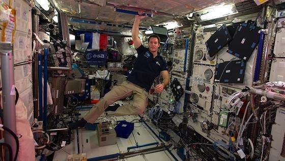 Astronaut Thomas Pesquet schwebt über dem EAD, dem ESA Active Dosimeter, mit dem die Messdaten seiner persönlichen Strahlendosis in Echtzeit zur Erde gesendet werden können.