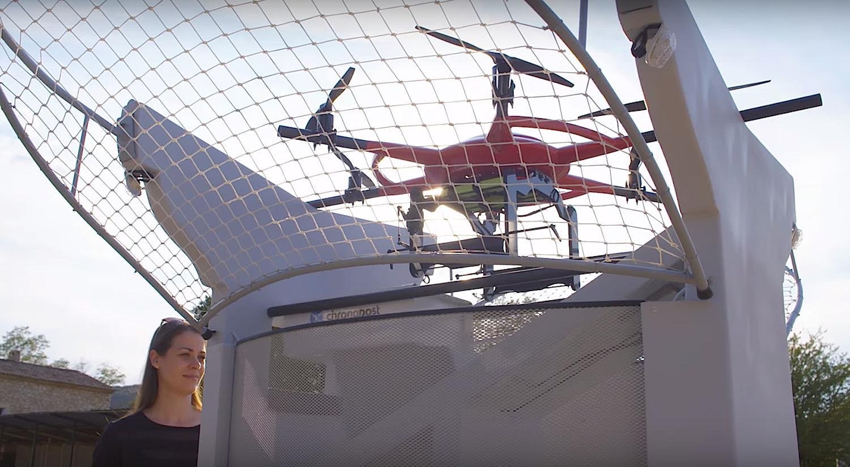 Die Drohnen starten und landen in einem Terminal. Der Empfänger entnimmt das Paket nach der Landung aus einem Fach im Sockel des Terminals.